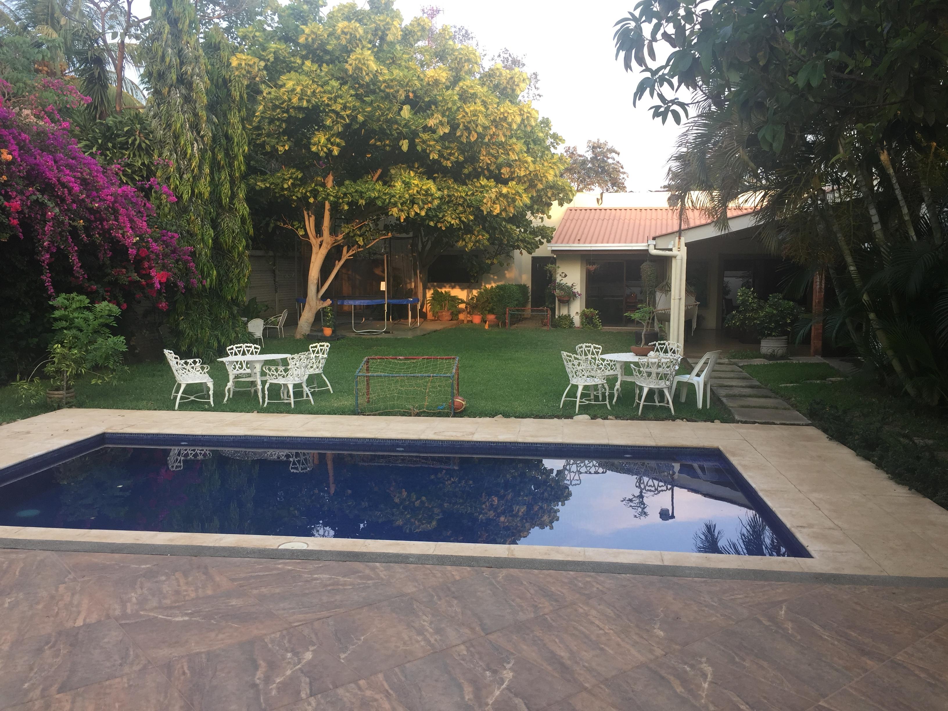 Linda casa con piscina en alquiler casanica for Casa con jardin alquiler